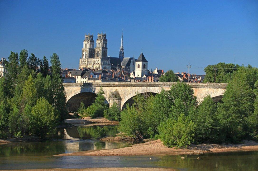 orleans_-_la_loire_le_pont_royal_et_la_cathedralecf.charel_crt_centre-val_de_loire